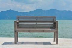 Ein Holzstuhl auf Dock Lizenzfreies Stockbild