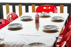 Ein Holztisch in einem Restaurant stockbild