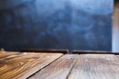 Ein Holztisch in einem rustikalen Café Lizenzfreie Stockfotos