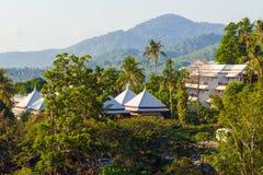Ein Hotel unter Bäumen auf der Insel von Phuket Architektur von Thailand Lizenzfreies Stockbild
