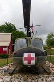 Ein Hubschrauber Modells 205 Huey UH-1F auf Anzeige außerhalb des Museums des Veterans im Erbdorf am Erbpark stockfotografie