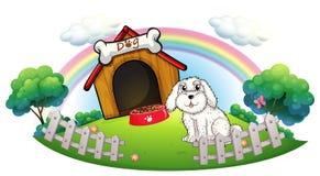 Ein Hund in einer Hundehütte mit Zaun Stockbild