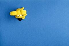 Ein Hund vom Plasticine auf einem blauen Hintergrund Lizenzfreie Stockfotos