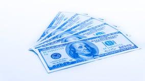 Ein hundert US-Dollar Banknoten auf weißem Hintergrund buckes Stockfoto