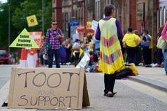 Ein 'Hupen für Unterstützungs' Zeichen während eines anti--Fracking Protestes Lizenzfreie Stockbilder