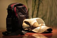 ein Hut auf der Cafétabelle Lizenzfreie Stockbilder