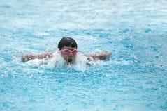 Ein Ihr Sitzschwimmer, der zum Ende beschleunigt Lizenzfreies Stockfoto