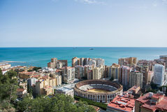 Ein ikonenhafter Panoramablick von einem Schloss von Màlaga zur Stadt und zum Mittelmeer Lizenzfreies Stockfoto