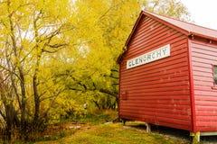 Ein ikonenhaftes Bootshaus von Glenorchy in der Herbstsaison; NEUSEELAND, 2017 lizenzfreie stockbilder