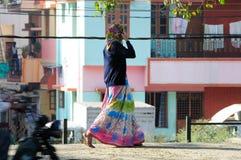 Ein Indiendameweg in der Straße Lizenzfreies Stockfoto