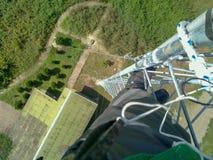 Ein Ingenieur arbeitet an der Spitze eines Turms, der Iran, Gilan lizenzfreies stockbild