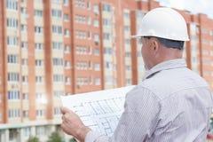 Ein Ingenieur mit Bauplänen Lizenzfreies Stockbild