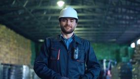 Ein Ingenieur mit Plan stock video footage