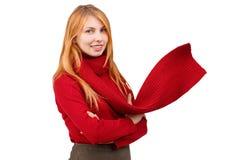 Ein Ingwermädchen steht mit den gefalteten Armen und dem Lächeln Ein Schal stürzt auf ihrem Hals ein Lizenzfreie Stockfotos