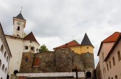 Ein innerer Hof des Schlosses Palanok, Dächer bei Mukachevo, Ukraine stockbild