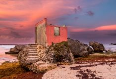 Ein interessantes ruiniertes Gebäude auf Felsen an der Küste stockfoto