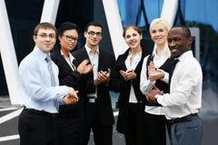 Ein internationales businessteam von sechs Jugendlichen Lizenzfreie Stockbilder