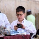 Ein jüdischer betender Junge lizenzfreies stockbild