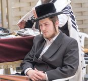 Ein jüdischer betender Mann lizenzfreie stockfotografie