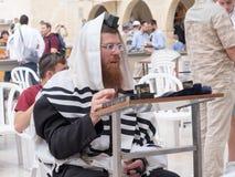 Ein jüdischer betender Mann stockbild