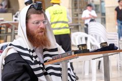 Ein jüdischer betender Mann lizenzfreies stockbild