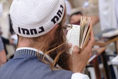 Ein jüdischer betender Mann stockfotos