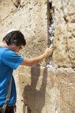 Legen einer Anmerkung in die Klagemauer Stockbilder