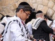 Ein jüdisches jugendlich Beten lizenzfreie stockfotos