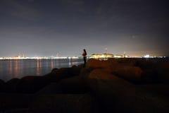 Ein japanischer Angler und das Nachtmeer Lizenzfreie Stockfotos
