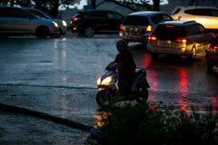 Ein japanisches Moped gehaftet in einem tiefen Pool während der Dunkelheit des Tages während eines Taifuns lizenzfreie stockfotografie