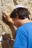 Legen einer Anmerkung in die Klagemauer Stockfotos