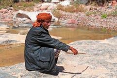 Ein jemenitisches sheperd gesetzt auf dem Felsen in der Oase von Dirhur, Wadi, natürliches Pool, Socotrainsel, der Jemen Lizenzfreies Stockfoto
