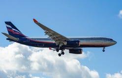 Ein Jet-Passagierflugzeug in einem blauen Himmel Lizenzfreie Stockfotos