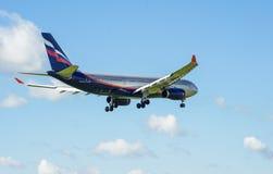 Ein Jet-Passagierflugzeug in einem blauen Himmel Lizenzfreie Stockfotografie
