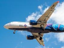 Ein Jet-Passagierflugzeug in einem blauen Himmel Stockbild