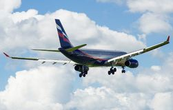 Ein Jet-Passagierflugzeug in einem blauen Himmel Stockfotos