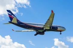 Ein Jet-Passagierflugzeug in einem blauen Himmel Stockfotografie