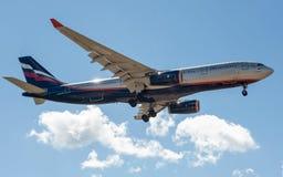 Ein Jet-Passagierflugzeug in einem blauen Himmel Lizenzfreies Stockfoto