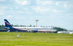 Ein Jet-Passagierflugzeug in einem blauen Himmel Lizenzfreies Stockbild