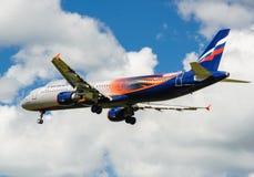 Ein Jet-Passagierflugzeug in einem blauen Himmel Lizenzfreie Stockbilder