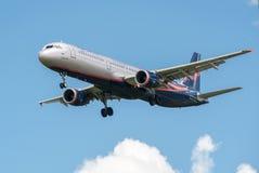 Ein Jet-Passagierflugzeug in einem blauen Himmel Stockfoto