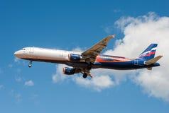 Ein Jet-Passagierflugzeug in einem blauen Himmel Stockbilder