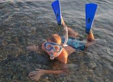 Ein Jugendlicher, der eine Maske mit Rohr für das Tauchen und Flipper trägt Stockbilder