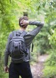 Ein Jugendlicher geht zu einem Frühlingswald Stockfoto