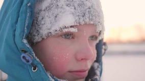Ein Jugendlicher in Winter Park, Gesichtsnahaufnahme Die Zeit des Sonnenuntergangs Wege in der Frischluft Gesunder Lebensstil Lizenzfreie Stockfotografie