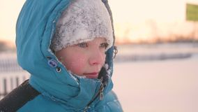 Ein Jugendlicher in Winter Park, Gesichtsnahaufnahme Die Zeit des Sonnenuntergangs Wege in der Frischluft Gesunder Lebensstil Lizenzfreies Stockbild