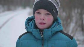Ein Jugendlicher in Winter Park, Gesichtsnahaufnahme Im Freien gehen Ein gesunder Lebensstil stock video