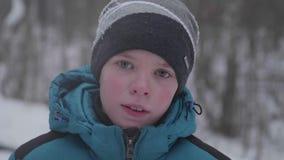 Ein Jugendlicher in Winter Park, Gesichtsnahaufnahme Im Freien gehen Ein gesunder Lebensstil stock footage