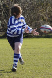 Ein Jugendrugbyspieler, der eine Rugbykugel! führt! Stockfotografie