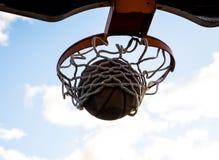Ein Junge-Basketball-Spieler-Träume von März-Verrücktheit stockbild